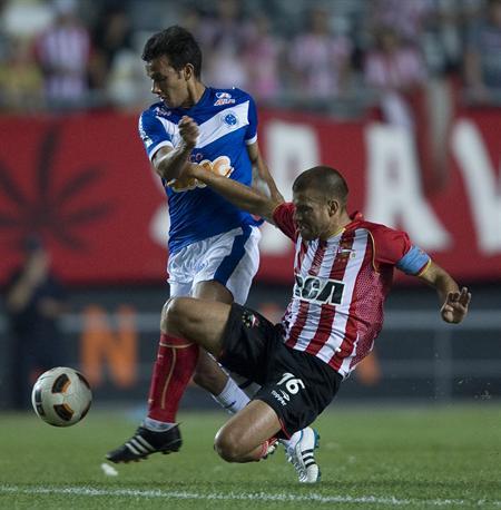 El jugador de Estudiantes de La Plata Germán Re (d) disputa el balón con Lacerda (i) de Cruzeiro/EFE