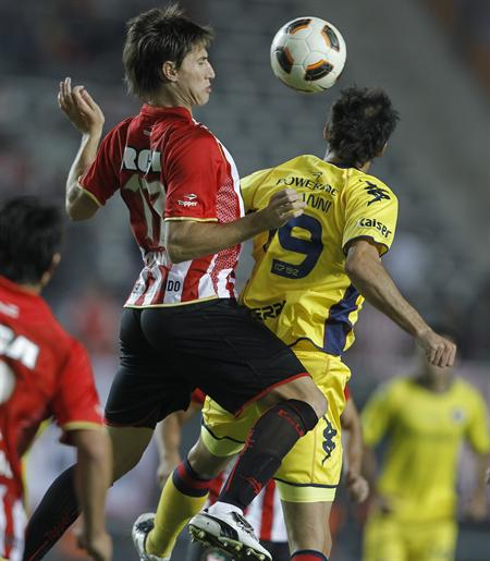 El jugador de Estudiantes de La Plata de Argentina Gastón Fernández (i) lucha por el balón con Fredy Barreiro de Cerro Porteño/EFE