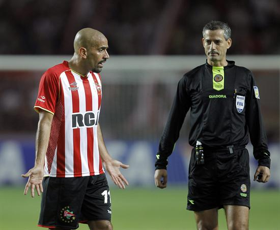 El jugador de Estudiantes de La Plata de Argentina Juan Sebastián Verón (i) reclama al árbitro Salvio Fagundes Filho/EFE