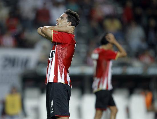 El jugador de Estudiantes de La Plata Rodrigo López se lamenta después de perde un tiro ante el Cerro Porteño/EFE