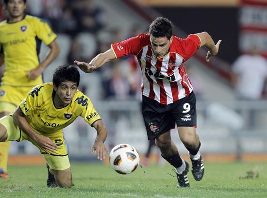 El jugador de Estudiantes de La Plata de Argentina Rodrigo López (d) lucha por el balón con Iván Piris (i) de Cerro/EFE