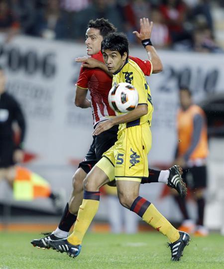 El jugador del Cerro Porteño Iván Piris (d) lucha por el balón con Rodrigo López (i) de Estudiantes de La Plata/EFE