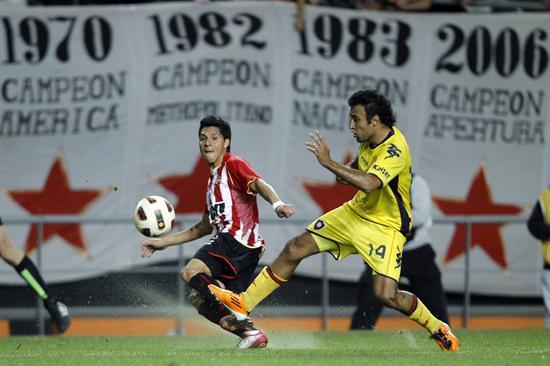 El jugador de Estudiantes de La Plata Enzo Pérez (i) lucha por el balón con Javier Villarreal (d) de Cerro Porteño/EFE