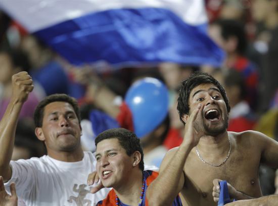 Simpatizantes de Cerro Porteño de Paraguay alientan a su equipo durante el partido/EFE