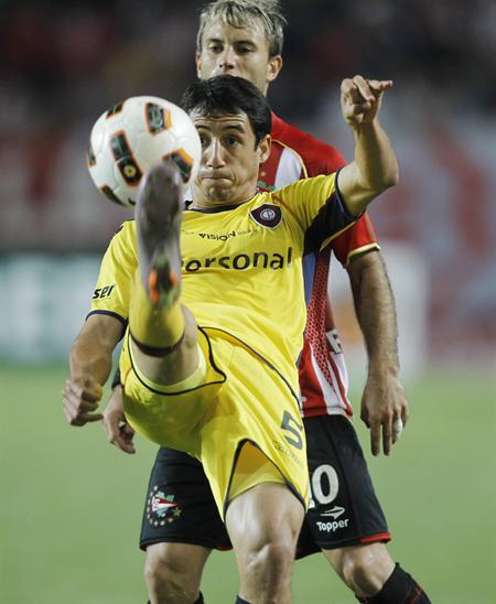 El jugador de Cerro Porteño Iván Piris (frente) controla la bola ante Gastón Fernández de Estudiantes/EFE