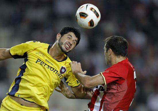 El jugador del Cerro Porteño Pedro Banítez (i) cabecea un balón ante Leandro Desábato (d) de Estudiantes/EFE