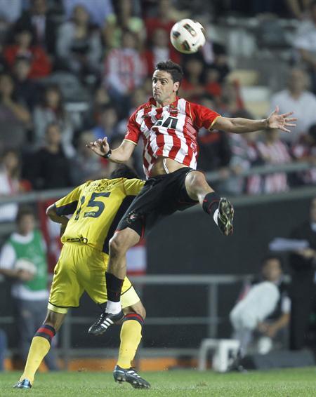 El jugador de Estudiantes de La Plata de Argentina Enzo Pérez (d) cabecea el balón ante Luis Cardozo (i) de Cerro/EFE