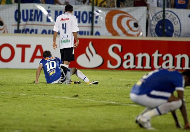 Los jugadores de Cruzeiro de Brasil, Montillo (i) y Gil (d), lamentan la derrota ante Once Caldas de Colombia/EFE