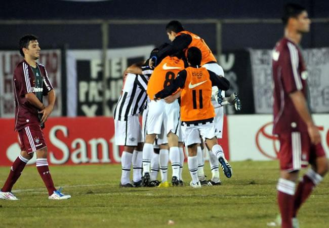 Jugadores del Libertad celebran su triunfo ante Fluminense/EFE
