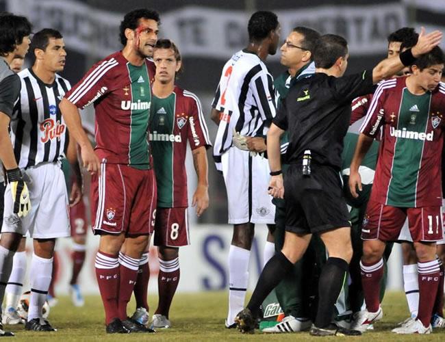 El jugador del Fluminense Fred (3i) protesta tras resultar lesionado ante Libertad/EFE