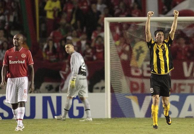 El jugador de Peñarol de Uruguay Manuel Oliveira (d) celebra un gol ante Internacional/EFE