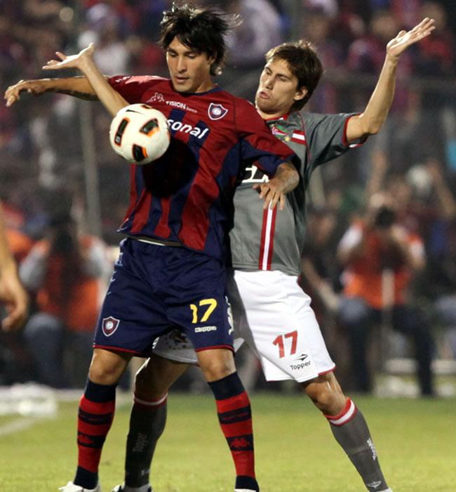 El jugador de Estudiantes de la Plata Federico Fernández (i) marca a Jonathan Fabro (i), de Cerro Porteño/EFE