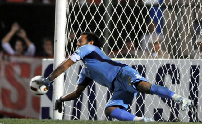 El portero de Cerro Porteño, Diego Barreto, ataja el tiro penalti de Facundo Sebastián Roncaglia, de Estudiantes/EFE