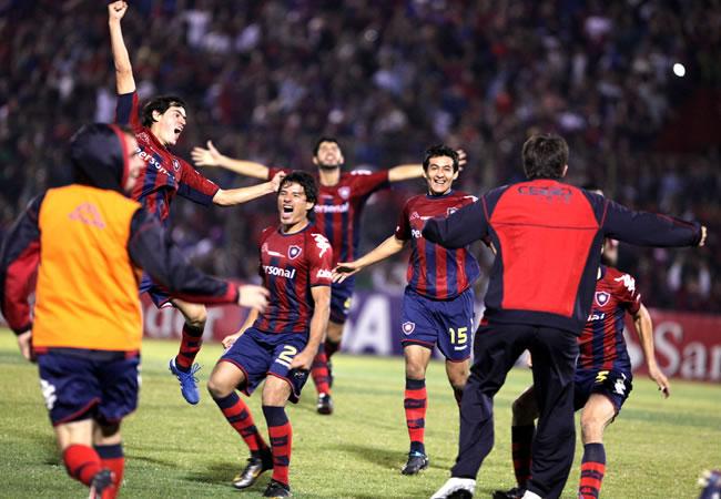 Jugadores de Cerro Porteño celebran después de clasificarse a los cuartos/EFE