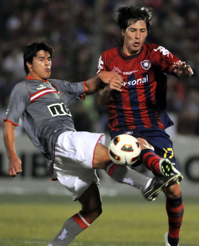 El jugador de Estudiantes de la Plata Enzo Nicolas Pérez (i) disputa el balón con Jonathan Fabro (d), de Cerro Porteño/EFE