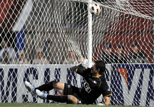 El portero de Estudiante de la Plata, Agustín Ignacio Orión, recibe el gol del último penalti ante Cerro Porteño/EFE