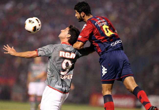 El jugador de Estudiantes de la Plata Hernán Rodrigo López (i) disputa el balón con Pedro Benítez (d), de Cerro/EFE