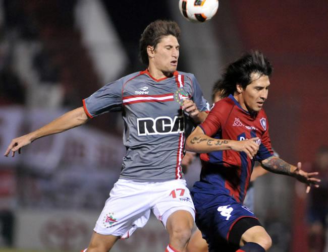El jugador de Estudiantes de la Plata Federico Fernandez (i) disputa el balón con Jonathan Fabro (d), de Cerro Porteño/EFE