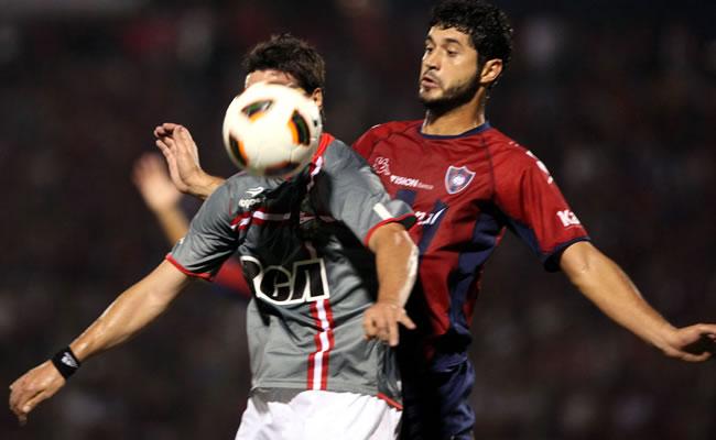 El jugador de Estudiantes de la Plata Hernán Rodrigo López (i) es marcado por Pedro Benítez (d), de Cerro Porteño/EFE