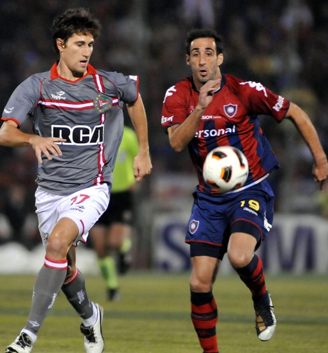 El jugador de Estudiantes de la Plata Federico Fernández (i) es marcado por Roberto Nanni (d), de Cerro/EFE