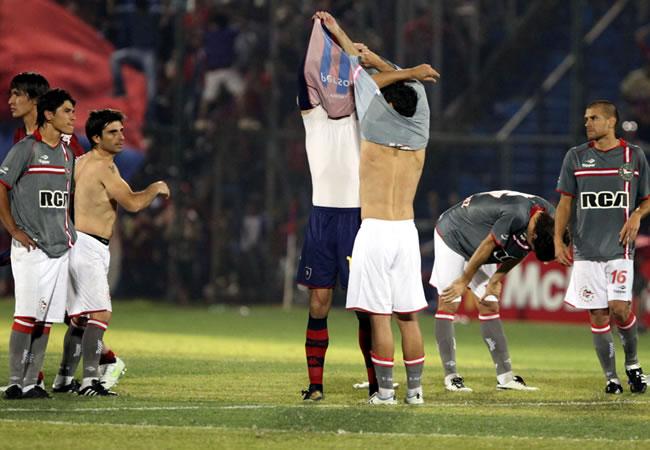 Jugadores de Estudiantes de la Plata se lamentan al perder ante Cerro Porteño/EFE