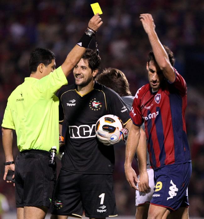 El árbitro colombiano Óscar Julián Ruiz (i) amonesta a Roberto Nanni (d), de Cerro Porteño/EFE