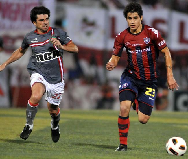 El jugador de Estudiantes de la Plata Rodrigo López (i) marca a César Iván Benítez (d), de Cerro/EFE