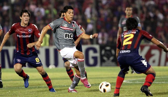 El jugador de Estudiantes de la Plata Enzo Nicolás Pérez (c) es marcado/EFE
