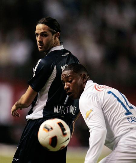 El jugador de Liga de Quito Diego Calderón (d) dispusta el balón con Juan Martínez (i) de Vélez Sarsfield/EFE