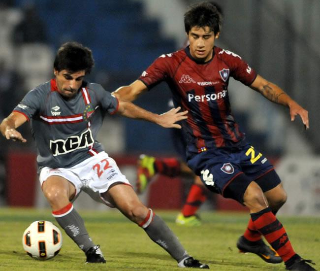 El jugador de Estudiantes de la Plata Rodrigo Braña (d) es marcado por Iván Torres (d), de Cerro/EFE