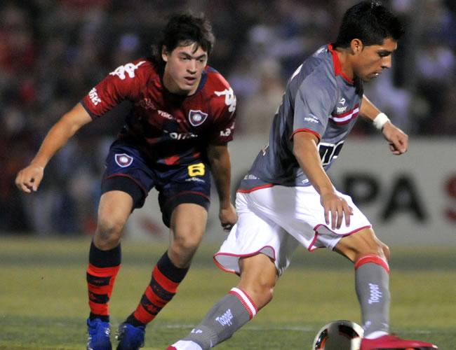 El jugador de Estudiantes de la Plata Enzo Nicolás (d) es marcado por Luis Cáceres (d), de Cerro/EFE