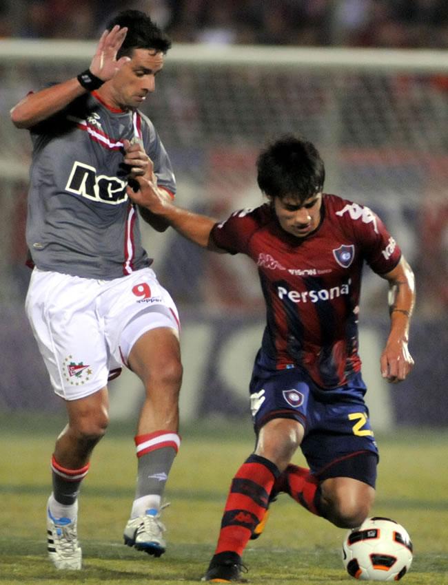 El jugador de Estudiantes de la Plata Rodrigo López (i) marca a César Iván Benítez (d), de Cerro Porteño/EFE