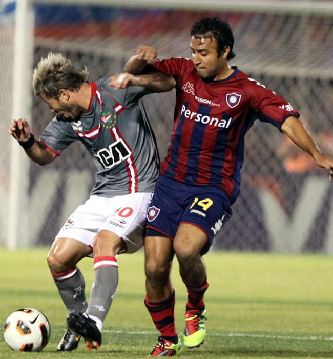 El jugador de Estudiantes de la Plata Gastón Fernández (i) es marcado por Javier Villareal (d), de Cerro/EFE