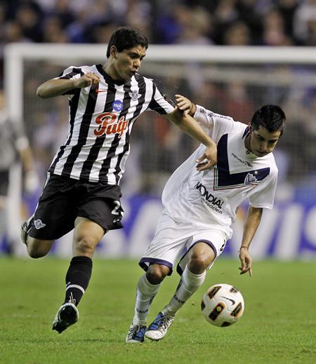 El jugador de Vélez Maximiliano Moralez (d) disputa el balón con Pedro Portocarrero (i) de Libertad/EFE