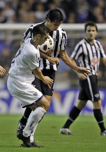 El jugador Franco Razzotti (i) de Vélez, lucha por el balón con Victor Cáceres de Libertad/EFE