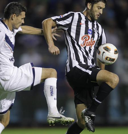 El jugador Fernando Ortiz (i) de Vélez Sarsfield, lucha por el balón con Nicolas Pavlovich de Libertad/EFE