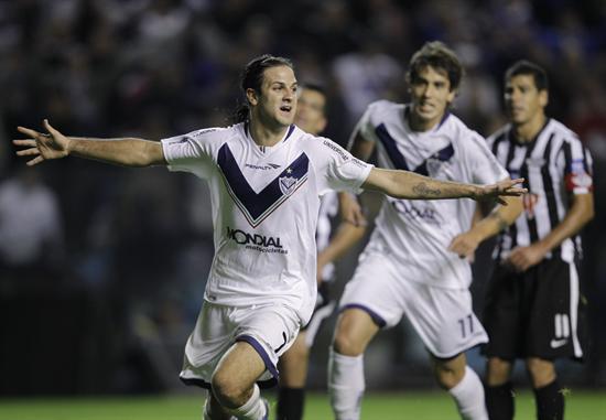 El jugador de Vélez Sarsfield Juan Manuel Martínez (i) celebra su gol ante Libertad/EFE
