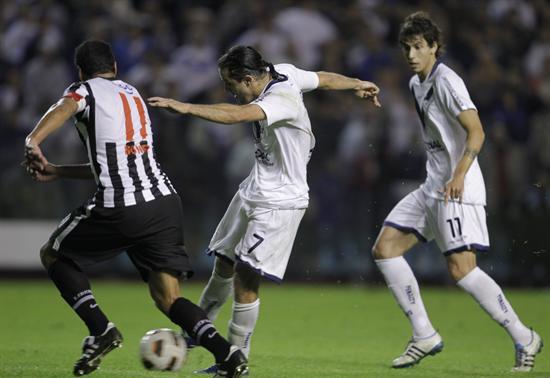 El jugador de Vélez Juan Manuel Martínez (c) anota un gol ante Libertad/EFE