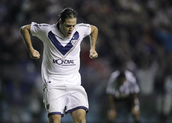 El jugador de Vélez Juan Manuel Martínez celebra su gol ante Libertad/EFE