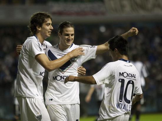 Los jugadores de Vélez Ricardo Alvarez (i), Juan Manuel Martínez (c) y Maximiliano Moralez (d) celebran/EFE