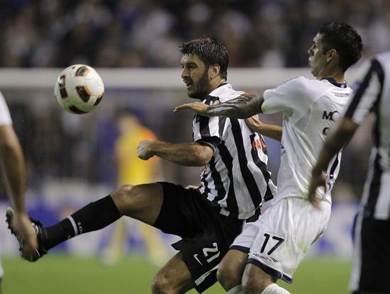 El jugador Franco Razzotti (d) de Vélez Sarsfield, lucha por el balón con Nicolas Pavlovich (i) de Libertad/EFE