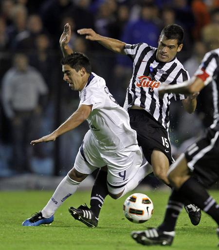 El jugador de Vélez Sarsfield Ricardo Díaz (i) disputa el balón con Miguel Zamudio (d) de Libertad/EFE
