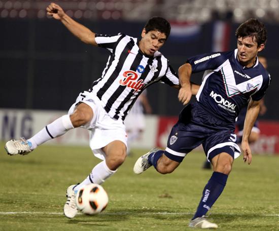 El jugador de Vélez Sarsfield Emiliano Papa (d) disputa el balón con Rodolfo Gamarra (i), de Libertad/EFE