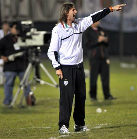 El director técnico de Vélez Sarsfield, Ricardo Gareca, da instrucciones a sus jugadores/EFE