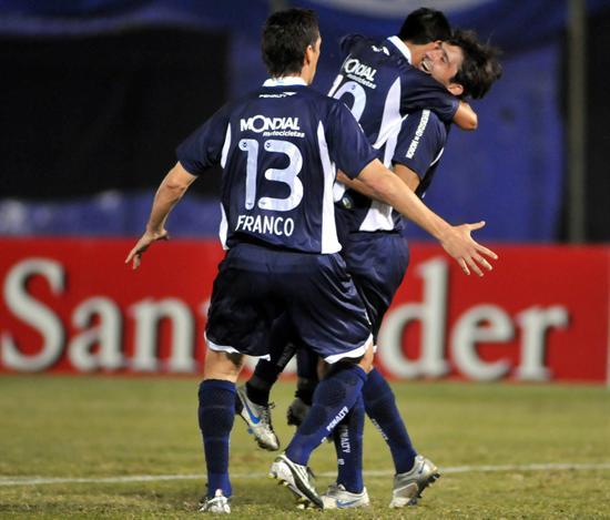 El jugador de Vélez Sarsfield Maximiliano Moralez (d) celebra después de anotar ante Libertad/EFE