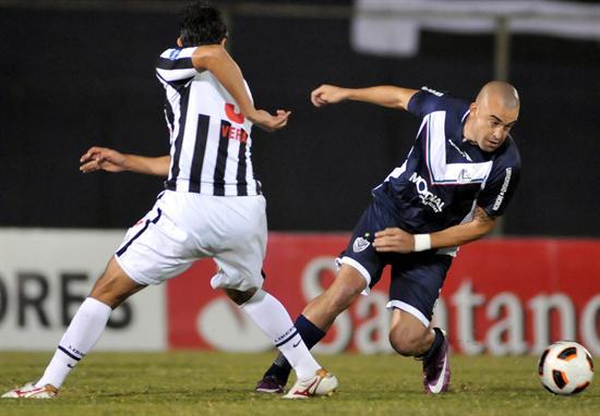 El jugador de Vélez Sarsfield Santiago Silva (d) disputa el balón con Arnaldo Vera (i), de Libertad/EFE