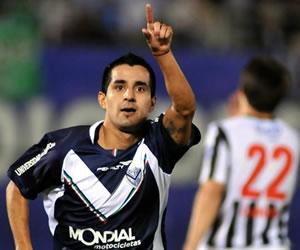El jugador de Vélez Sarsfield Maximiliano Moralez celebra después de anotar ante Libertad/EFE