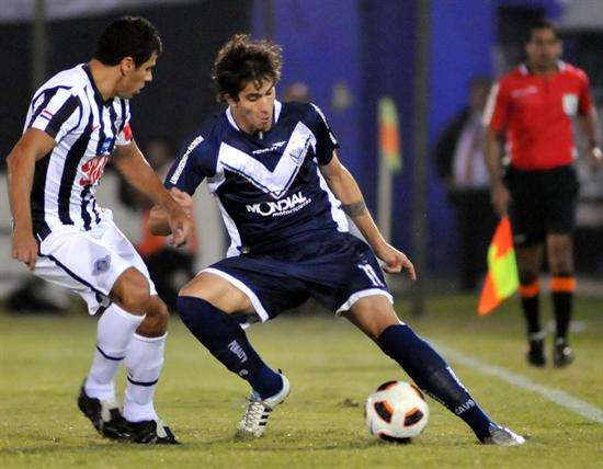El jugador de Vélez Sarsfield Ricardo Gabriel Álvarez (d) es marcado por Carlos Bonet (i), de Libertad/EFE