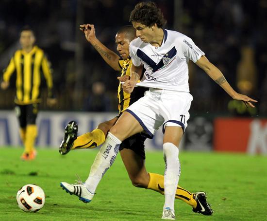 El jugador de Vélez Sarsfield Ricardo Álvarez (d) disputa el balón con Andrés Freitas (i), de Peñarol/EFE