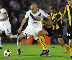 El jugador de Vélez Sarsfield Santiago Silva (i) disputa el balón con Andrés Freitas (d), de Peñarol/EFE